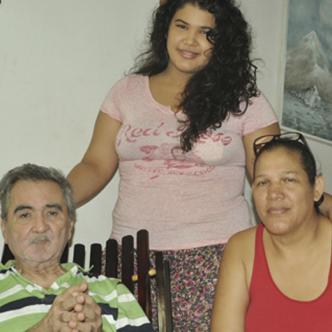 El maestro Adolfo Echeverría acompañado de su hija Ana Sofía y de su esposa Anastasia Arrieta.