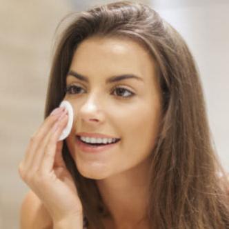 Por la mañana, es ideal limpiar la piel al levantarte y aportarle muchísima frescura al rostro.