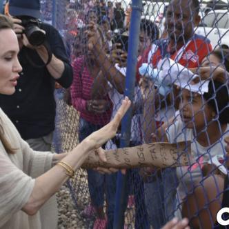 La famosa actriz Angelina Jolie, atiende a numerosas personas que querían estar a su lado, ayer en Maicao.