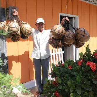 Felipe Santiago Month Ramírez crea sus inigualables artesanías en madera. | Al Día