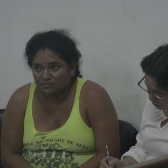 Angélica María Coronado, procesada por raptar a una bebé de siete días de nacida. En la foto aparece durante la audiencia de ayer con Ofelia Hernández, su abogada de oficio / Luis Felipe De la Hoz.