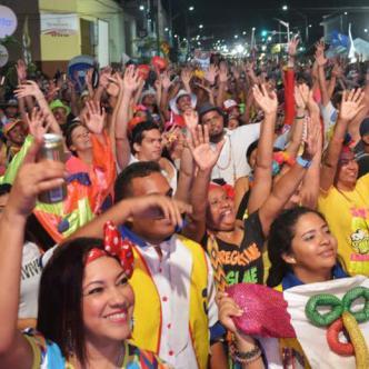Asistentes del evento carnavalero 'Baila la Calle' en la carrera 50.   Archivo