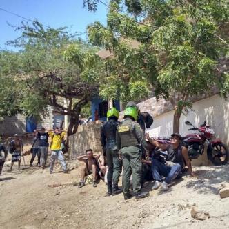 La Policía arrinconó a los hinchas tras la pelea a piedras.