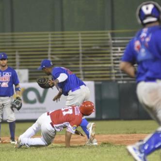 Acción del juego de ayer entre Caimanes y Tigres disputado en el estadio 11 de Noviembre en Cartagena.