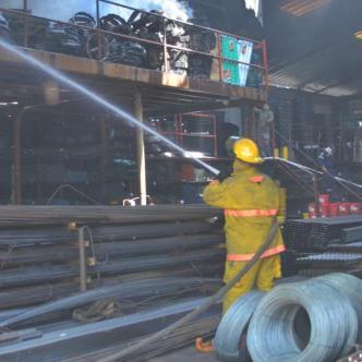 Momentos en que miembros del cuerpo de bomberos sofocan las llamas.   Néstor De Ávila