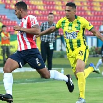 Germán Gutiérrez (izq) cubre el balón ante la marca de César Quintero.   Colprensa