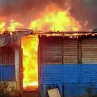 Momento en que la casa era consumida por las llamas. Los niños quedaron adentro.