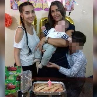 Foto del último cumpleaños de Brenda Pájaro Bruno, el número 44, un día como hoy del año pasado. La acompañan su hija Gisella, su nieto y su hijo menor. |  Jhonny Olivares
