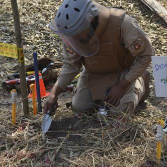 Los desminadores usan todo el kit de desminado al momento de detectar un explosivo.  | Ernesto Benavides y Cortesía
