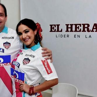 Mauricio Correa hace entrega de camisa oficial del Junior a la reina del Carnaval, Valeria AbuchaibE | John Robledo