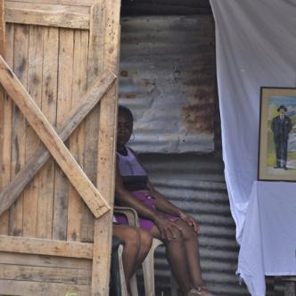 Familiares del occiso realizan el velorio por la muerte del del joven en casa de su madre y esperan que el culpable pague por este crimen.   Carlos Graterol