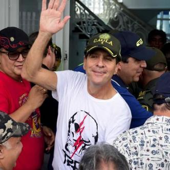 Rodolfo 'Fito' Acosta saluda a los medios de comunicación el primero de septiembre desde la terraza de su casa.