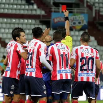 Jorge Duarte le saca la tarjeta roja a Teófilo Gutiérrez luego que este le reclamara por el penal a favor de Once Caldas.