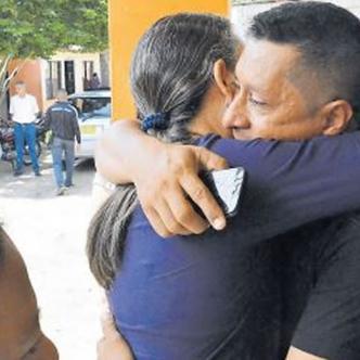 Familiares y amigos dan el pésame en Sabanalarga.   Al Día