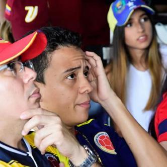 Espectadores ven por televisión un partido de Colombia.   Al Día