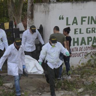 Momentos en que las autoridades sacan los cadáveres. | Jhonny Olivares