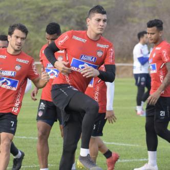 Sebastián Hernández (izq.) Michael Rangel (centro) y Roger Torres (der.) durante la práctica de Junior ayer en Adelita de Char.