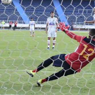 Michael Rangel anota de penal el tanto con el que Junior venció 1-0 al Barranquilla en el Metropolitano.