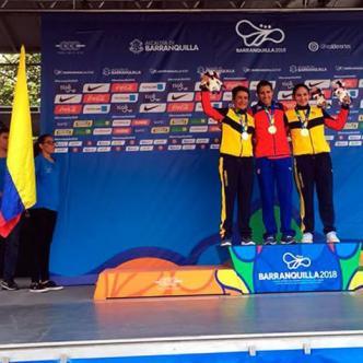 Arlenis Sierra posa con la medalla de oro junto a las colombianas Ana Cristina Sanabria (izq.) y Sérika Gulumá (der).   Twitter @MiDeporteCo