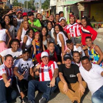 Integrantes del grupo 'Los Pandas', en compañía de Ley Martin y dirigentes sociales de Rebolo, entre ellos Jorge Niño.