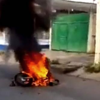 La moto del delincuente fue quemada por la comunidad | Al Día