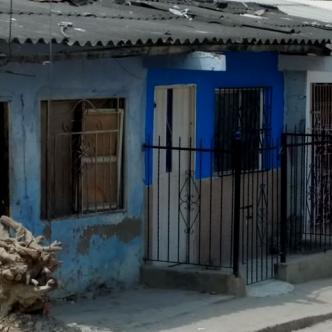 La casa azul de rejas negras es testigo del atroz asesinato de Deivis Beltrán.   AL DÍA