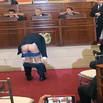 El senador Antanas Mokus enseña su trasero a los congresistas. | Antena 2