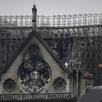 Cenizas cubrieron el amanecer de Notre Dame.