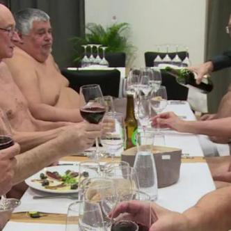 Comensales en el restaurante nudista.   AFP