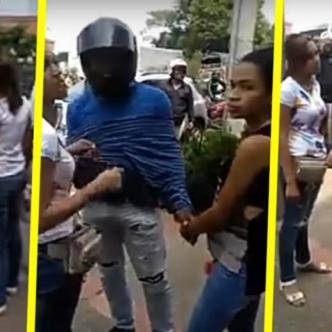 El mototaxista se fue con la mujer de blusa blanca y la otra joven quedó allí tratando de explicar la situación a los policías   Captura de pantalla