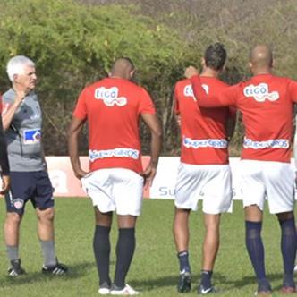 Julio Avelino Comesaña sostuvo un diálogo con los jugadores antes de empezar el entrenamiento.   Al Día