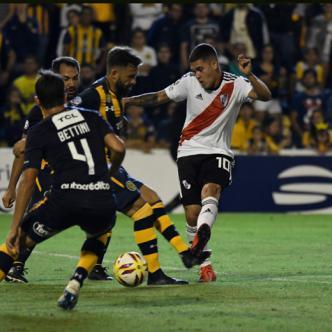 Quintero (der.) enfrenta la marca de tres rivales durante el empate 1-1 de River ante Rosario el jueves pasado por Superliga Argentina. | Tomada del diario Olé