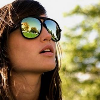 A simple vista la imagen original parece una escena normal de una chica disfrutando de un día soleado, pero si la miran con atención la historia es otra.