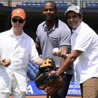 Édgar Rentería junto al alcalde Alejandro Char y el exembajador de Estados Unidos en Colombia, William Brownfield.   Al Día