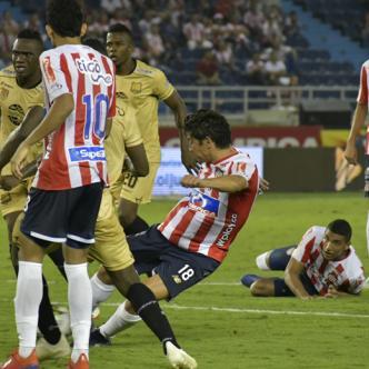 Instante en el que Matías Fernández remata de derecha y anota el tanto con que Junior igualó 1-1 anoche ante Rionegro en el Metropolitano. | Hansel Vásquez