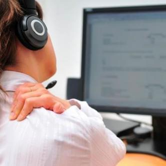 Permanecer inclinado en el escritorio por mucho tiempo es una de las principales causas de los dolores de espalda y el cuello.