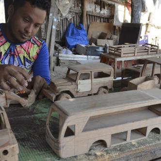 El joven de 29 años fabrica carros antiguos y modernos. Todo depende del pedido que le hagan. | Ernesto Benavides