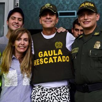 Rodolfo 'Fito' Acosta y su esposa Katia Barros junto al general Mariano Botero el pasado primero de septiembre. | Al Día