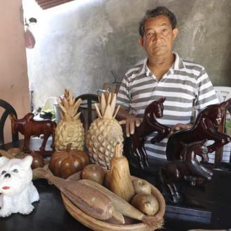 AL DÍA se encontró a el 'Pollo Isra' en su casa elaborando artesanías, lo mejor que sabe hacer y que lo llena de felicidad.