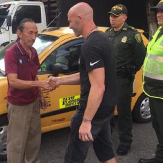 Méndez (der.) en momentos en que el taxista Hortensio Martínez le devolvía su dinero.