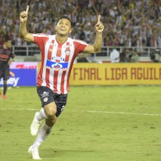 Teófilo define con calidad ante el achique del portero David González y anota el tercer tanto del triunfo 4-1 anoche de Junior ante Medellín, en el primer partido de la final de la Liga Águila II.