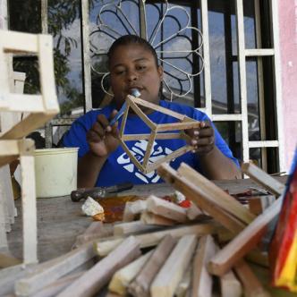 Otilia Zambrano Jiménez, de 32 años, produce en su taller acompañada de otras 10 personas 20.000 faroles tradicionales.