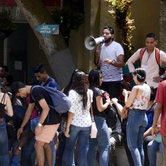 Grupo de estudiantes protestó ayer en la plazoleta principal de la Uniautónoma.   Al Día
