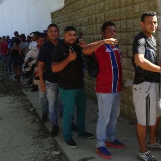 Los aficionados hicieron largas filas en el primer día de la venta de boletas para obtener su entrada a la final.