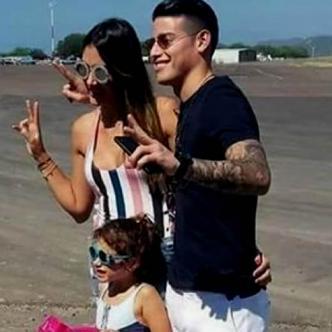 Acompañado de Daniela Ospina (de quien separó hace unos meses) y su hija Salomé, el 10 de la selección Colombia llegó a la 'Perla de América' el sábado por la tarde