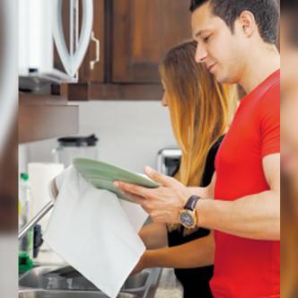 Repartirse los quehaceres del hogar es una buena manera de mantenerse unidos en esta aventura de vivir juntos.
