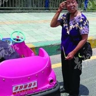 La mujer transporta todos los días los 'carros chocones' desde su casa hasta el parque donde tiene su negocio. | Tomada de: JqkNews
