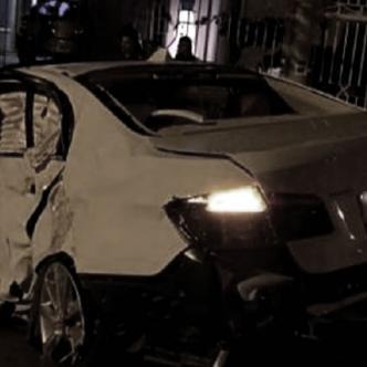El vehículo, color blanco, chocó de frente contra la reja exterior de una casa del sector | Cortesía