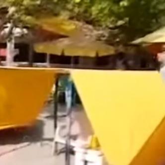 Los turistas agredieron verbalmente a los agentes que se encontraban en el lugar.   Tomado de: Captura de pantalla.