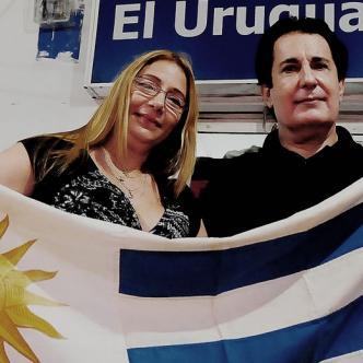 Jorge Silveira acompañado de su esposa, Indira De la Espriella, posa con la bandera de su Selección.